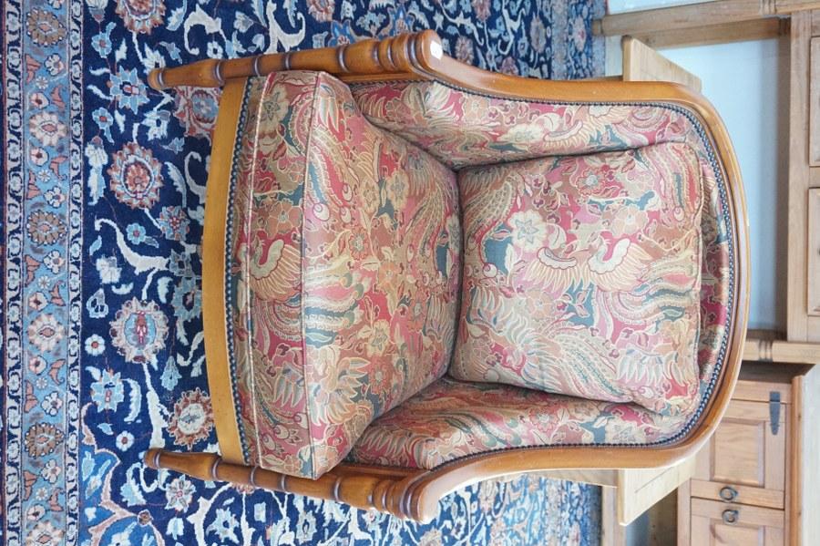 Fauteuil en merisier sculpté. Garniture à tissus floral.