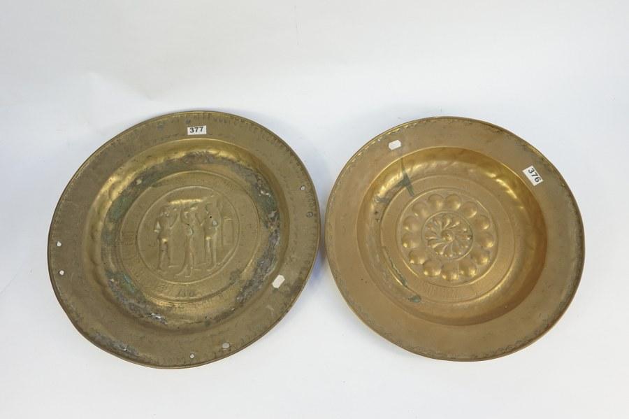 Deux plats creux en laiton. Diam. : 39 et 43 cm. Les deux sont accidentés.