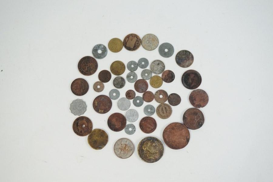 Lot de pièces de différents pays et d'époques variées.