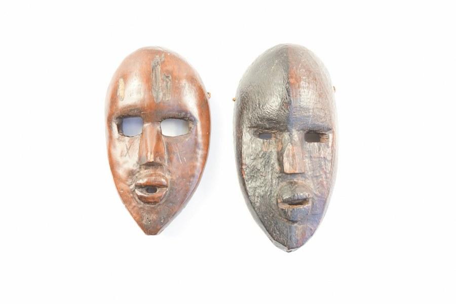Lot composé de deux masques du Niger en bois sculpté. Milieu du XXe siècle. 22 et 25 cm.