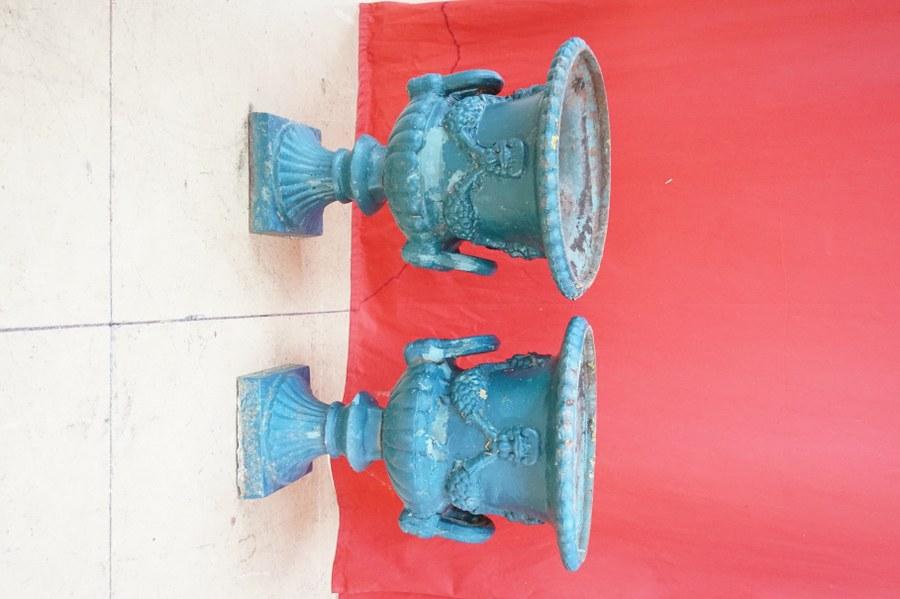 Paire de vases Médicis en fonte peinte bleu-vert. H. : 60 cm.