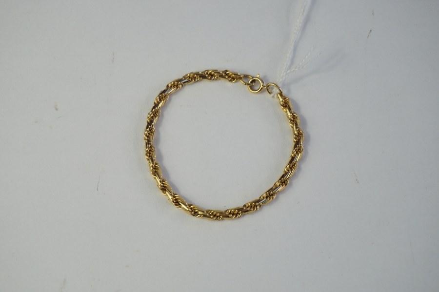 Bracelet en métal doré à mailles torses. Poids : 10,30 gr.