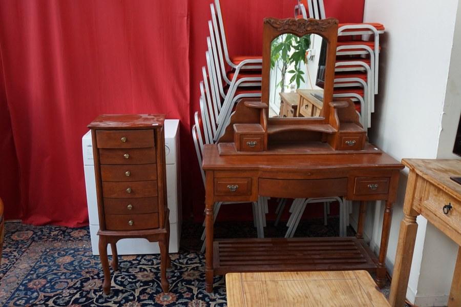 Ensemble de mobilier contemporain en pin et bois de placage (chiffonnier, coiffeuse, table basse, meuble de télévision, console). État d'usage?