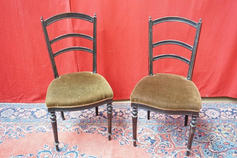Paire de chaises en bois noirci tendues de velours kaki. Époque Napoléon III.
