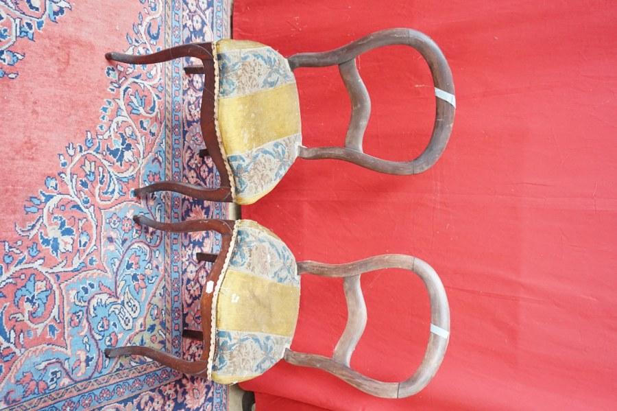 Paire de chaises basses en noyer teinté acajou, garniture en tapisserie au point et velours. Fin du XIXe siècle. Usures, accidents.