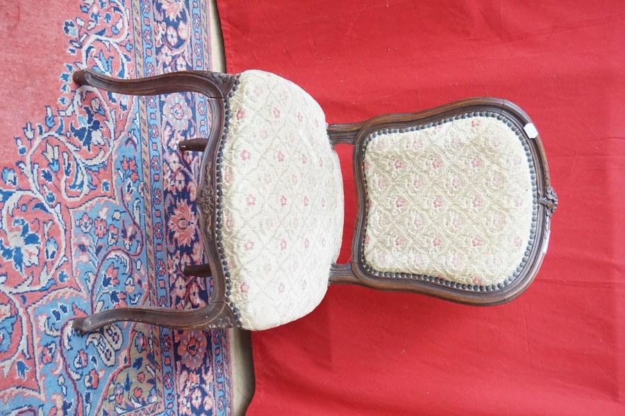 Chaise de style Rocaille Louis XV à dossier violonné, pieds incurvés moulurés à décor de fleurs. Garniture moderne mécanique à décor de treuille fleurie. Accidents.