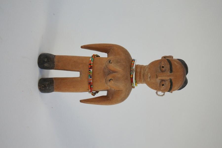 Statuette de fécondité Vénavi EWE figurant une jeune femme chaussée. Bois sculpté, partiellement peint et perles de verre. XXe siècle. Togo