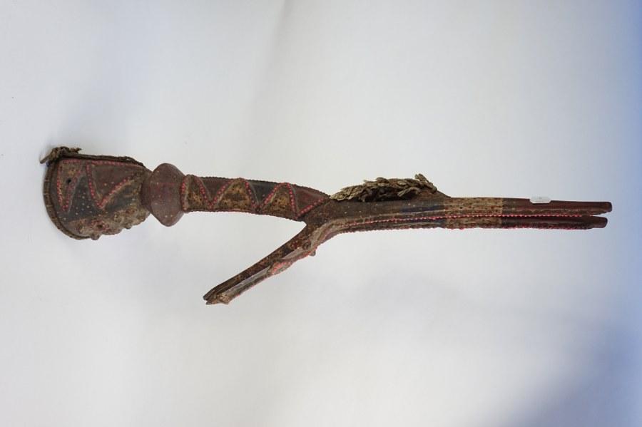 Cimier de danse KURUMBA figurant une antilope hippotrague. Bois sculpté polychrome à motif pastillé. XXe siècle. Burkina-Faso (Aribinda).