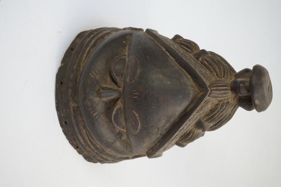 Masque Sowei MENDE représentant un visage de femme idéalisé. Bois sculpté incisé à patine noire. XXe siècle. Sierra-Leone ou Liberia.