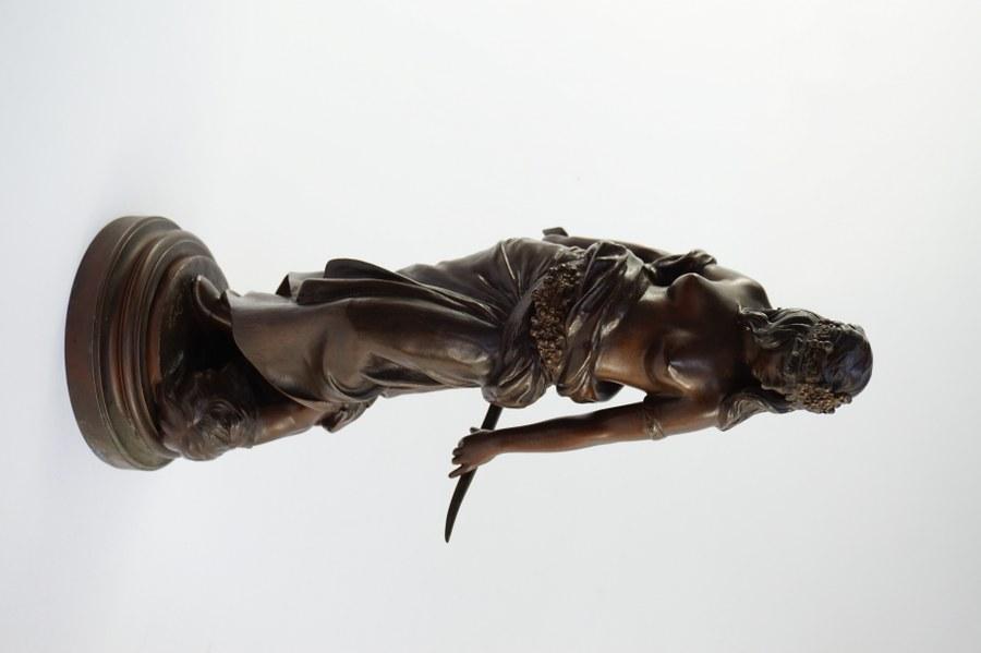 D'après Georges Charles COUDRAY (act.c.1883-c.1932). Statuette en régule représentant Judith avec la tête d'Holopherne. Petites usures. H : 39 cm. Diam. socle : 14 cm.