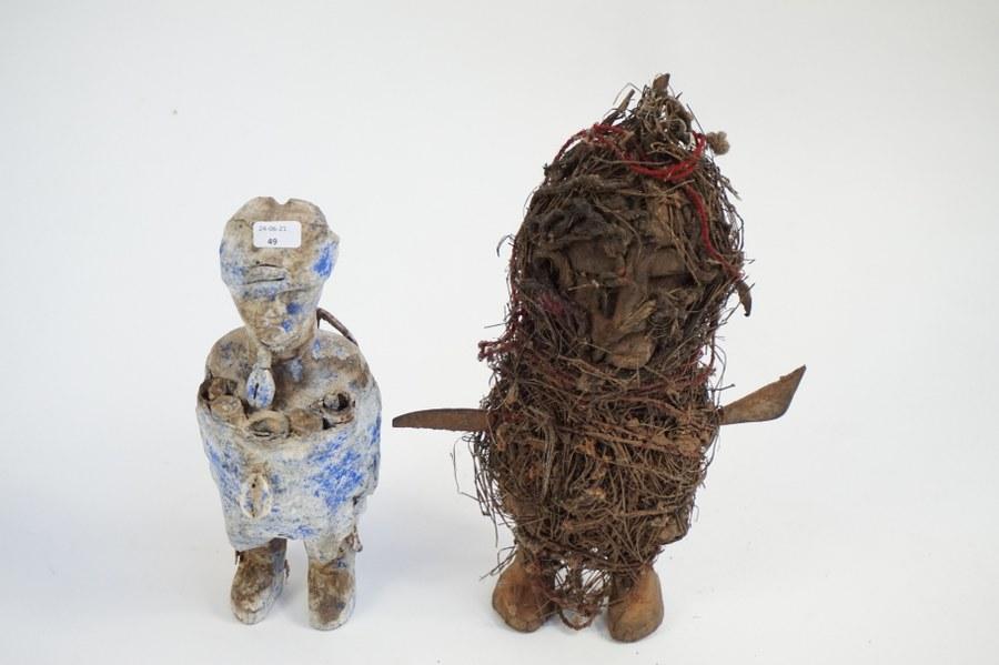 Lot de deux fétiches dont un fétiche vaudou d'autel domestique FON. Bois sculpté patiné, fibres végétales, matières organiques. XXe siècle. Bénin.