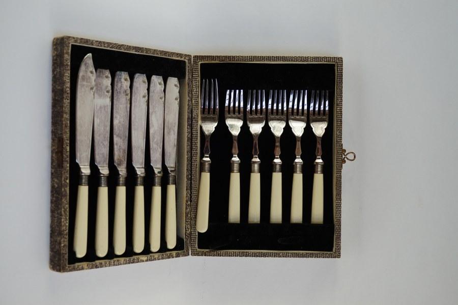 Service de six couverts en métal argenté anglais et manche en imitation d'ivoire.