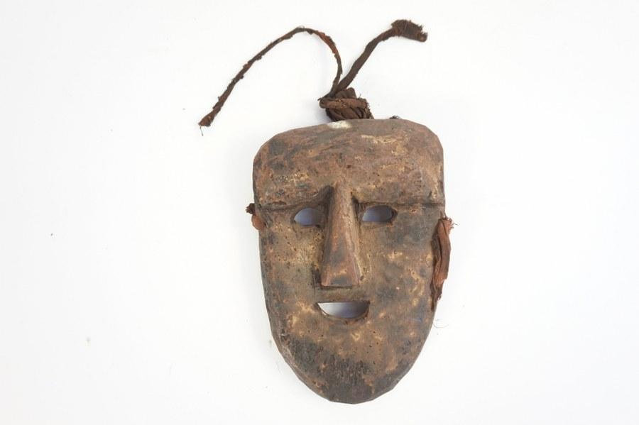Masque de danse népalais représentant un visage juvénile. Bois sculpté, incisé, patiné. Première moitié du XXe siècle.