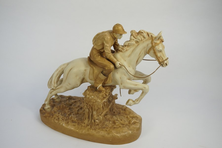 Royal Dux. Cavalier. La tete du cavalier a été recollée. Hauteur: 35,5cm.