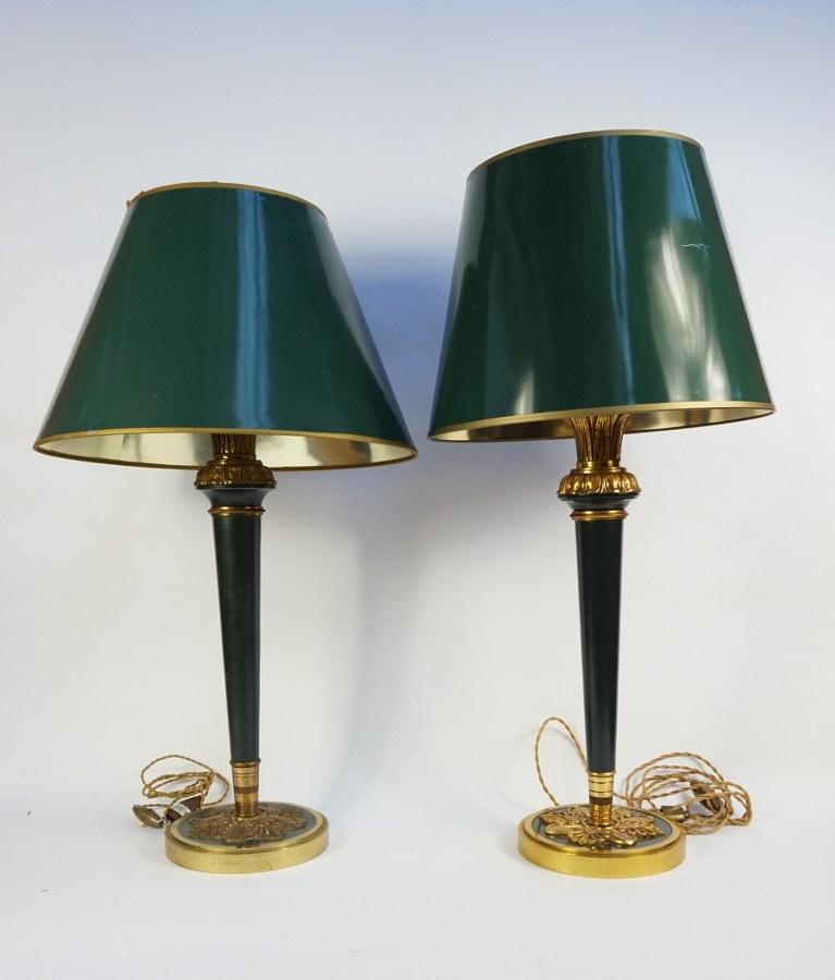 Paire de lampes en métal et bronze. H. : 55 cm. Abat-jour accidenté.