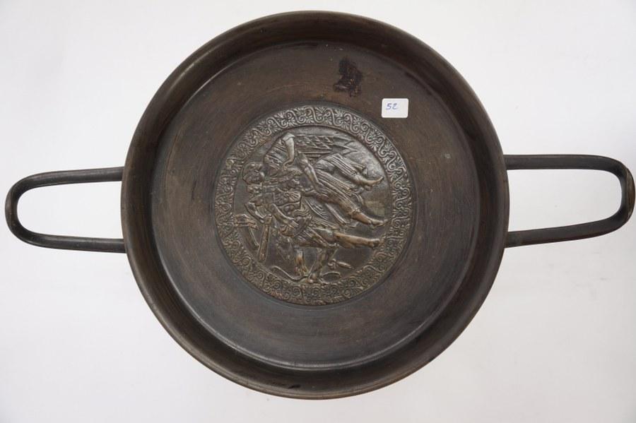 Coupe en bronze sur socle en marbre noir. Scene de lutte. Hauteur 17,5cm.