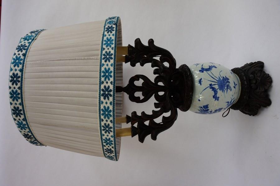 Vase monté en lampe à décor floral. branches et socle en bois.