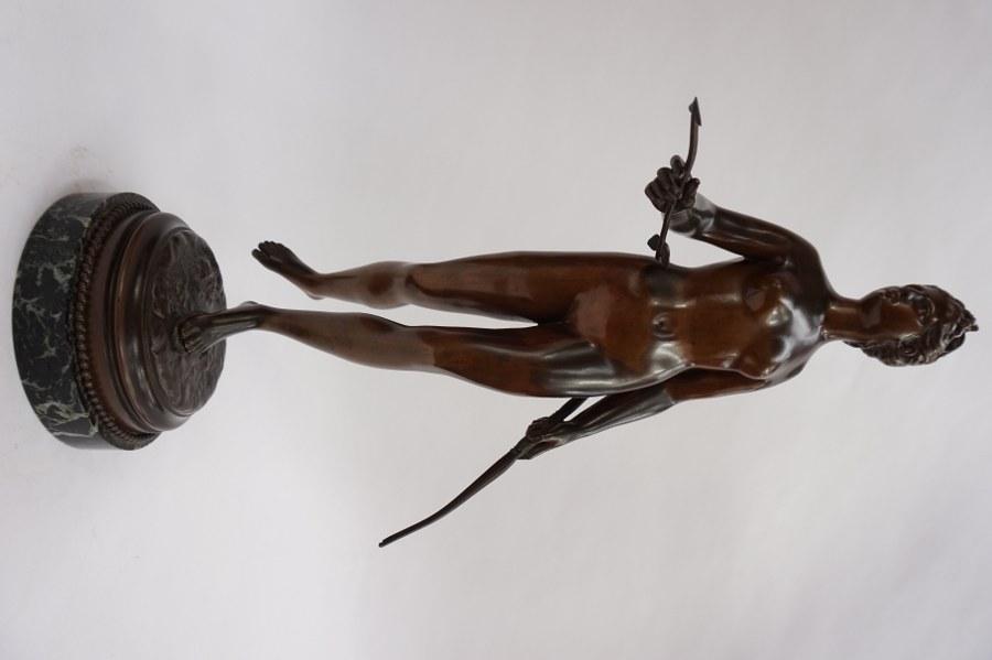 D'après HOUDON. Diane chasserresse. Épreuve en bronze signée sur la terrasse. H : 64 cm.