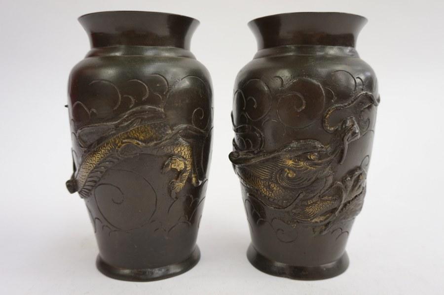 Paire de vases balustres en bronze partiellement doré à décor de dragons. Japon, début du XXe siècle. Mazrque sous la base. H : 15,5 cm.