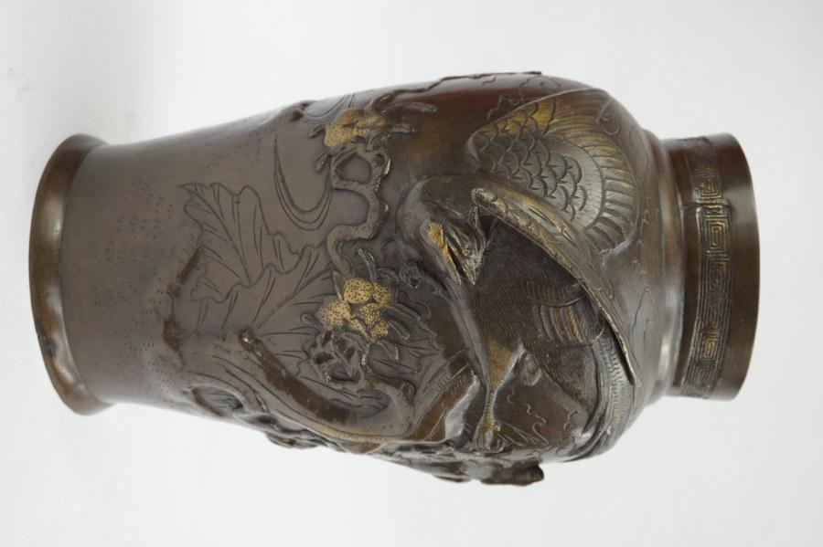Vase en bronze partiellement doré à décor d'oiseaux et branchages. Japon, début du XXe siècle. Marque sous la base. H : 36 cm.