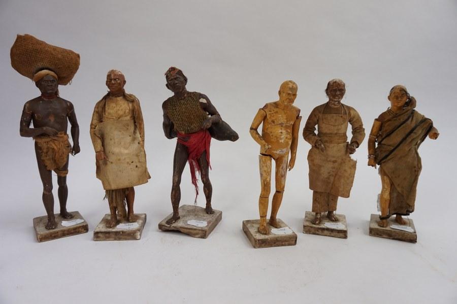 Suite de six figures en terre cuite peinte dans différentes attitudes. La plupart vêtue. Accidents. H : 25 cm.