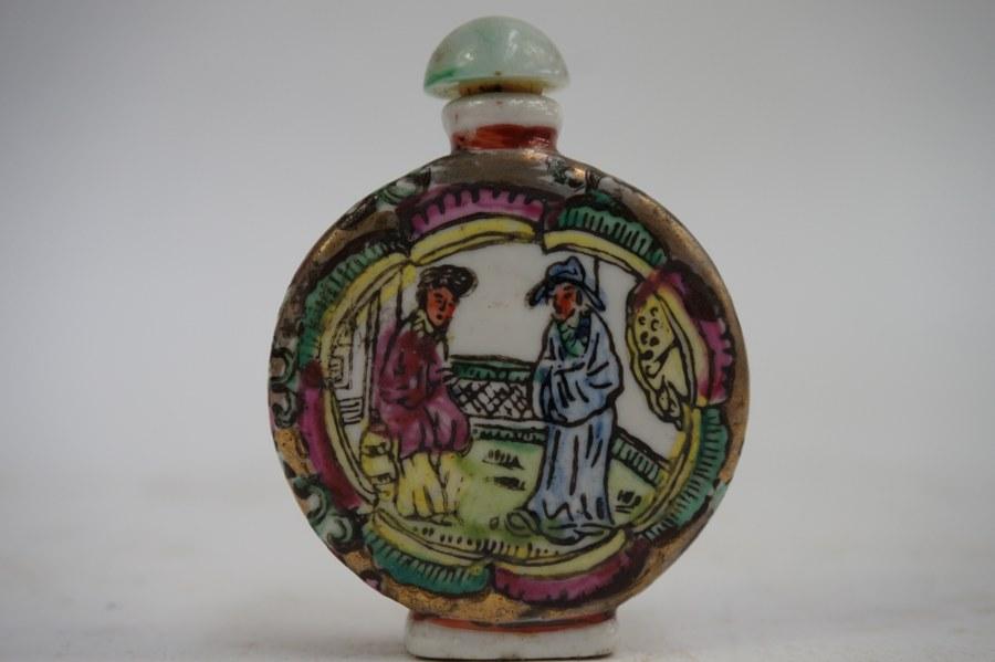 Tabatière en porcelaine à décor de personnages asiatique.