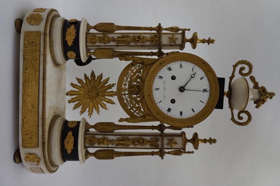 Pendule portique en marbre blanc et noir, bronze doré, cadran signé GUYON l'Aîné à Lyon. XIXe siècle.