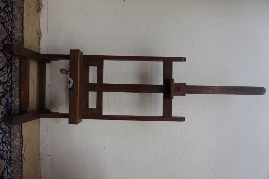 Chevalet d'atelier à crémaillère sur roulettes en chêne sombre avec sa poignée-manivelle et ornementation travaillée du pied. XIXe siècle. H. position basse : environ 200 cm.