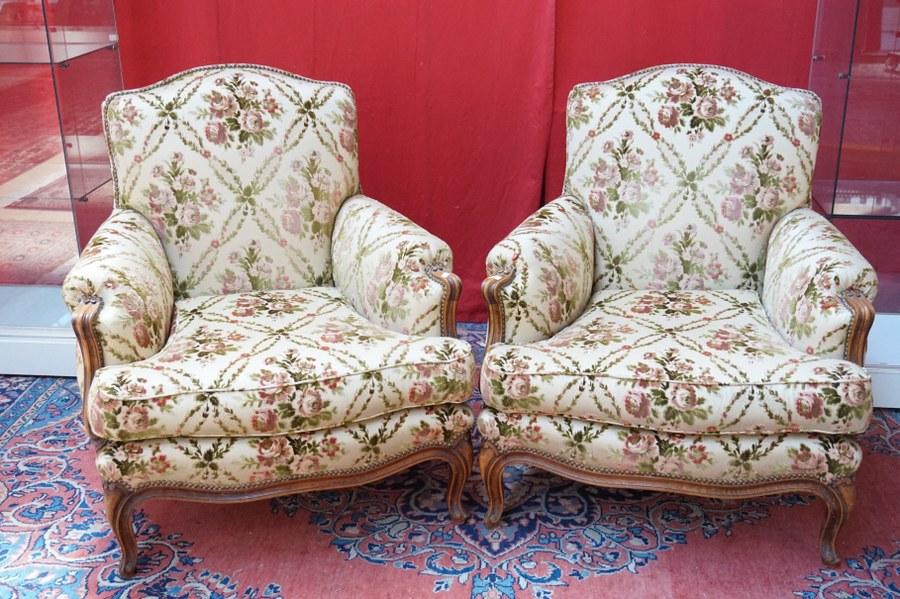Une paire de fauteuils crapeau de style Rocaille Louis XV.