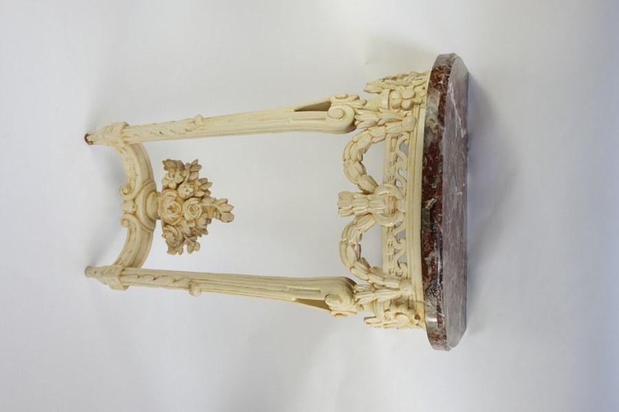 Console en bois laqué blanc à décor ajouré de postes et guirlandes fleuries. Bois peint beige et marbre. XVIIIe siècle. 83 x 56 x 34 cm. Accidents et restaurations.