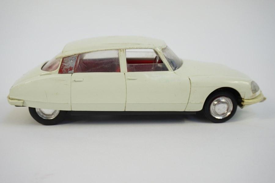 1/20 DS 21 CITROEN blanche SLJ. Jouet en plastique à friction (ne fonctionne pas). Immatriculée 5920 TX 75. Années 1960. Usures.