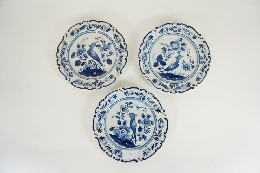 Trois petites assiettes décoratives à motif d'oiseaux et rinceaux en faïence fine de DELFT. Marquées GILDE ORIGINAL DELF et signées au dos. XXe siècle. Diam. : 18,5 cm.