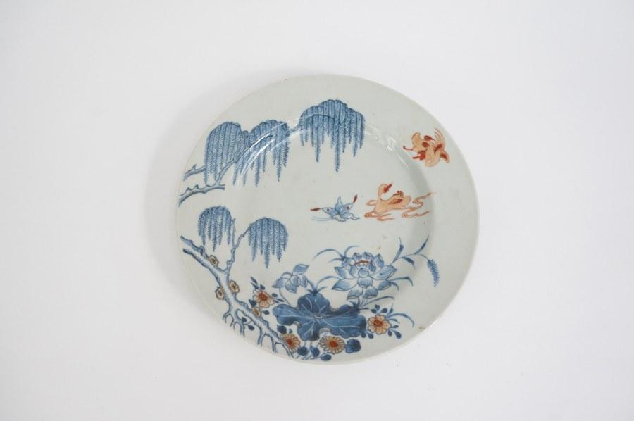 Assiette en porcelaine à décor Imari chinois. Chine, XVIIIe siècle.