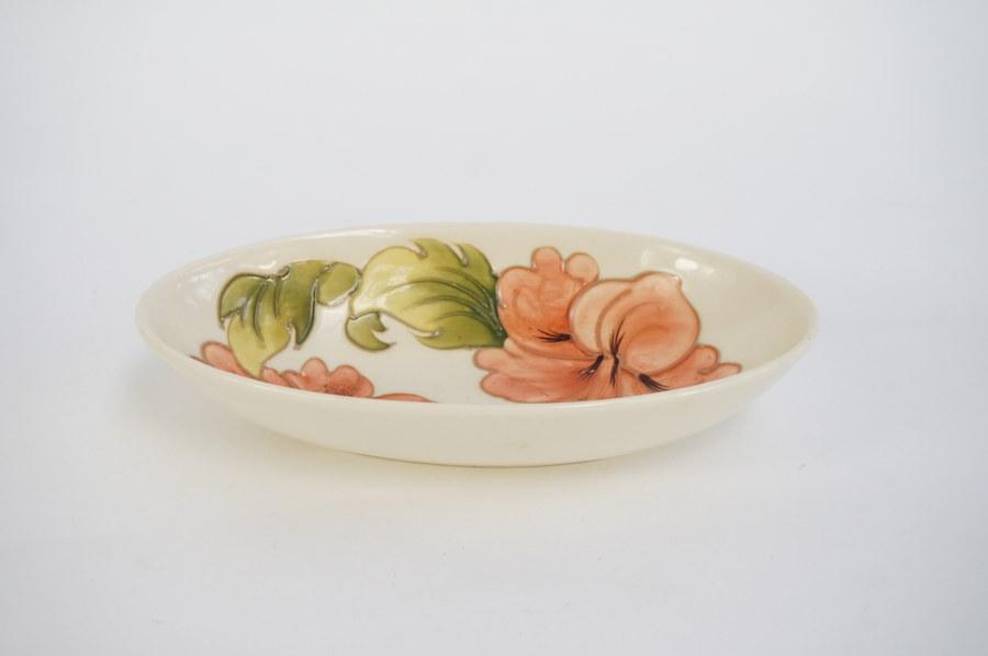 Coupe en faïence marque Moorcroft à décor floral émaillé.