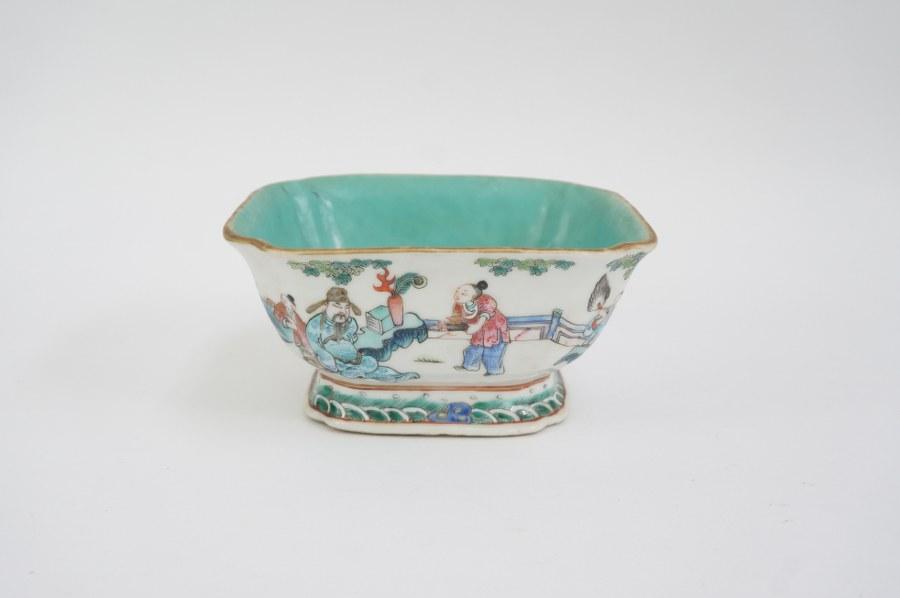 Coupe en porcelaine polychrome à décor de personnages. Chine, XXe siècle. Marque apocryphe Tongzhi sur fond turquoise.
