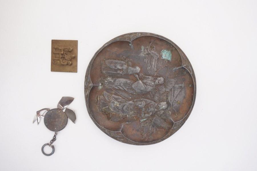 Coupe en métal à décor asiatique, ON Y JOINT une petite plaque en bronze et une pièce de 5 Fr transformé en couteau suisse.