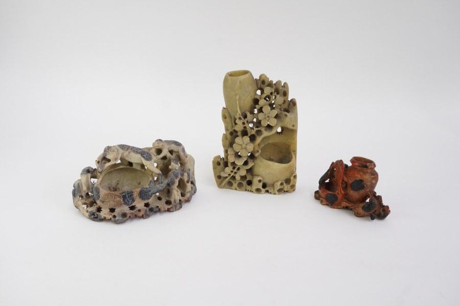 Lot de trois vases chinois en pierres dures sculptées à décor de fleurs et d'animaux. XXe siècle.