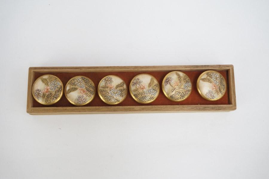 Lot de six bouton en céramique de type Satsuma. XXe siècle.