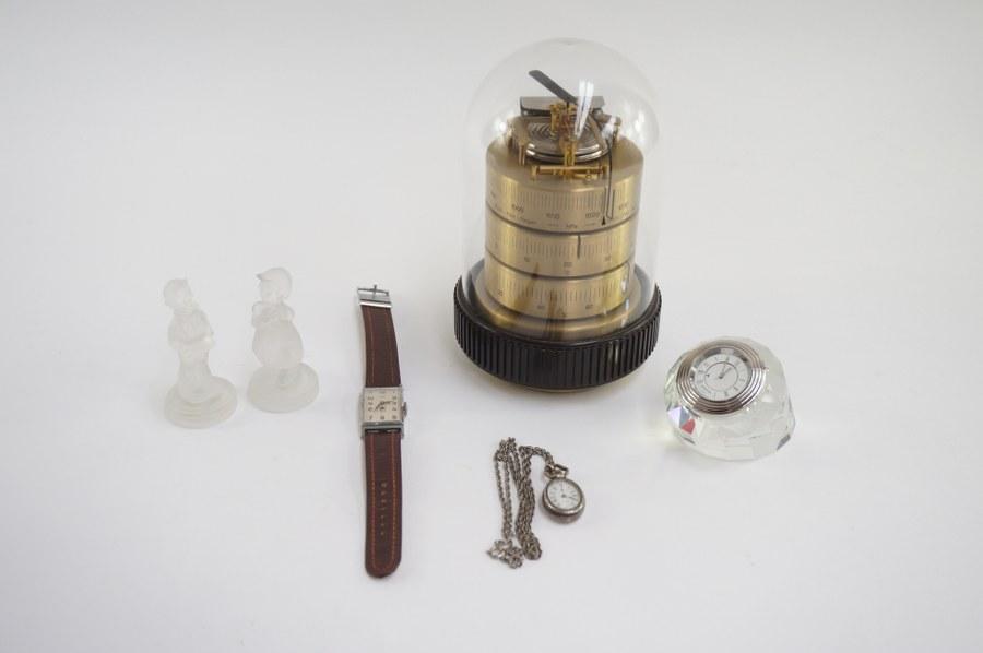 Baromètre sous globe, on y joint une montre lip, pendulette Swarovski (petit éclat), pendentif et 2 bambins en verre.