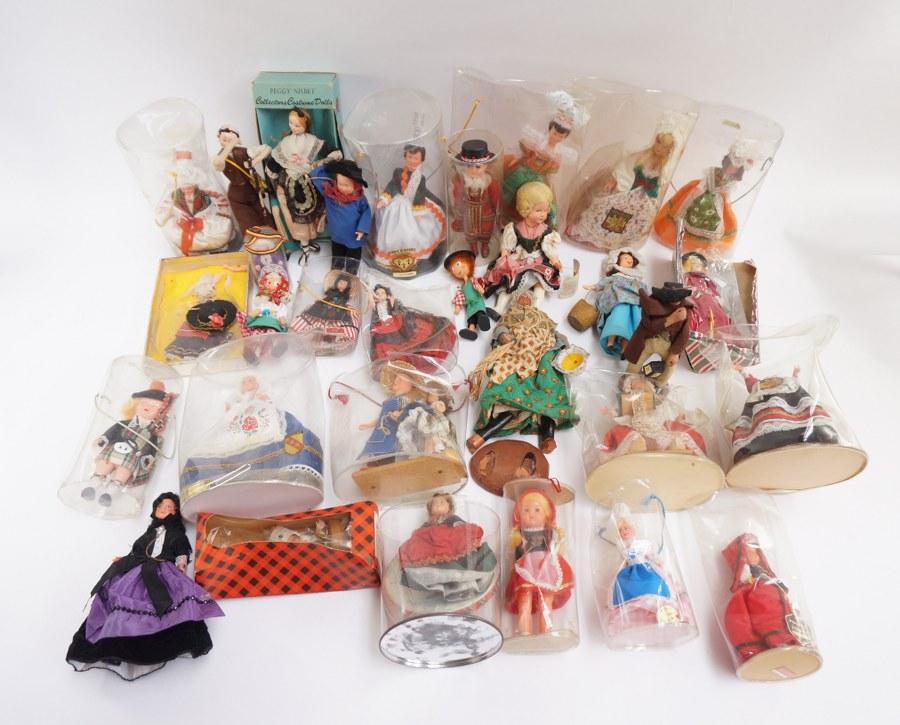 Carton de poupées modernes en costumes régionaux. En l'état.