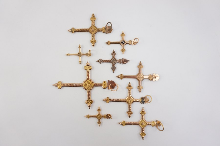 Ensemble de croix en or et en cuivre. Comprenant deux croix en or (750°°°) et sept croix en cuivre. Poids brut : 35 gr.