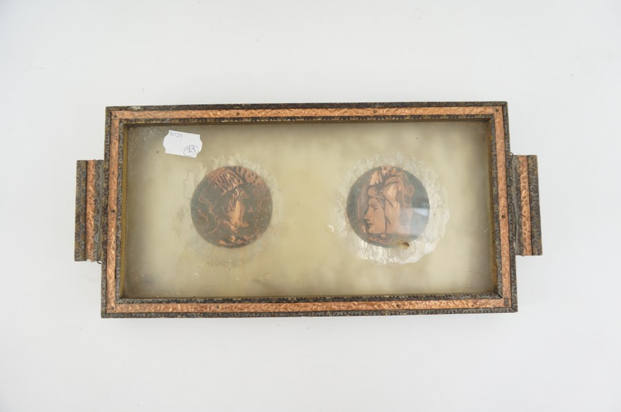 Paire de médaillons en cuivre dans un cadre.