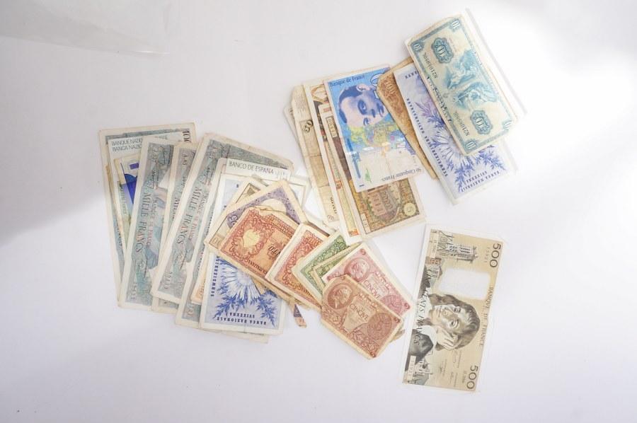 Lot de billets de différents pays.