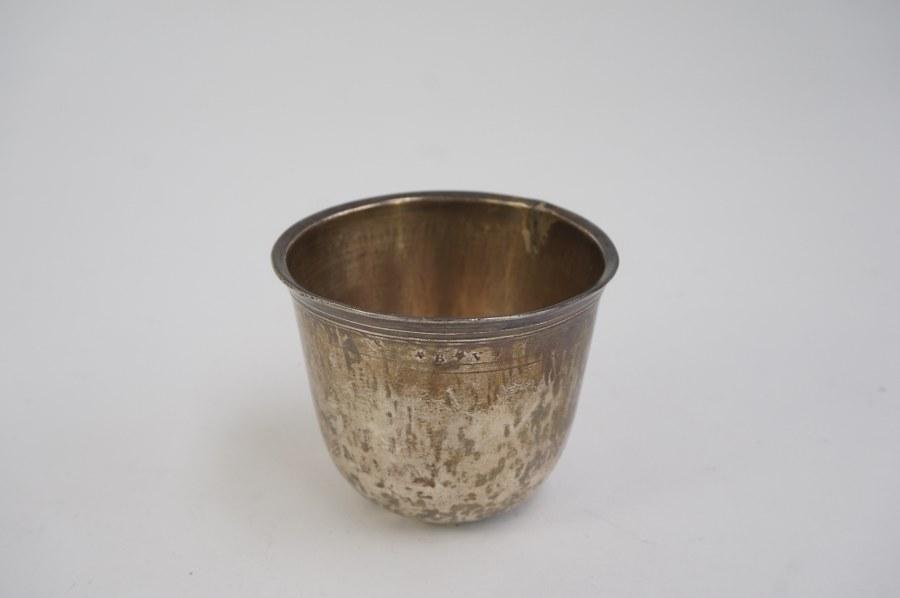 Gobelet en argent 950°°° marqué B.V. fin du XVIIIe siècle. Oxydation, accidenté et restauré. Poids brut : 68 gr.