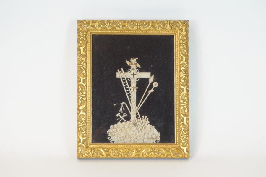 Reliquaire dont la Vraie Croix et de la Tunique du Christ encadré sous verre. Travail en papier découpé normand du XIXe siècle. 30,5 x 24 cm.