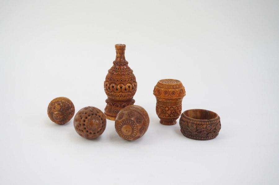 Lot de boîtes et pommes de senteur en buis sculpté de décors repercés. Travail régional du XIXe siècle. Petits accidents et très rares manques.