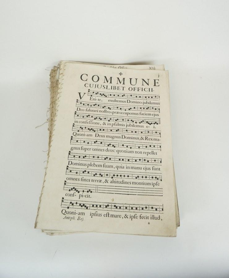 Antiphonaire fragmentaire imprimé du XVIIIe siècle. Grand in-Folio en feuillets détachés.