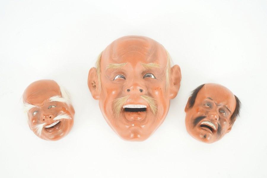 Lot de bibelots composé de trois masques japonais miniatures modernes.