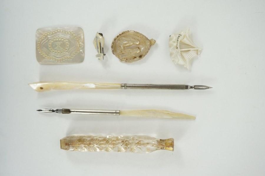 Lot de nacre composé des porte-plumes en nacre et métal, plaquettes sculptées, broches. XVIIIe - XIXe siècle. ON Y JOINT Un flacon en verre biseauté et gravé.