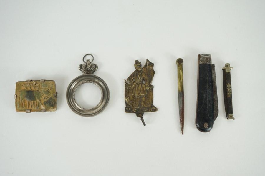 Lot d'éléments métalliques dont notamment compas, plaquette, broche, canif. XIXe - XXe siècle.